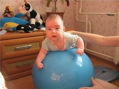 занятия на фитболе с грудничком 5 месяцев