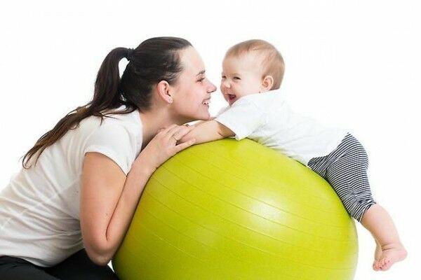 занятия на фитболе с грудничком 1 месяц
