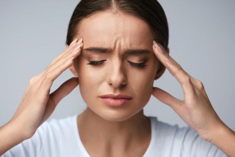 Почему болит голова и что делать? 8 симптомов мигрени